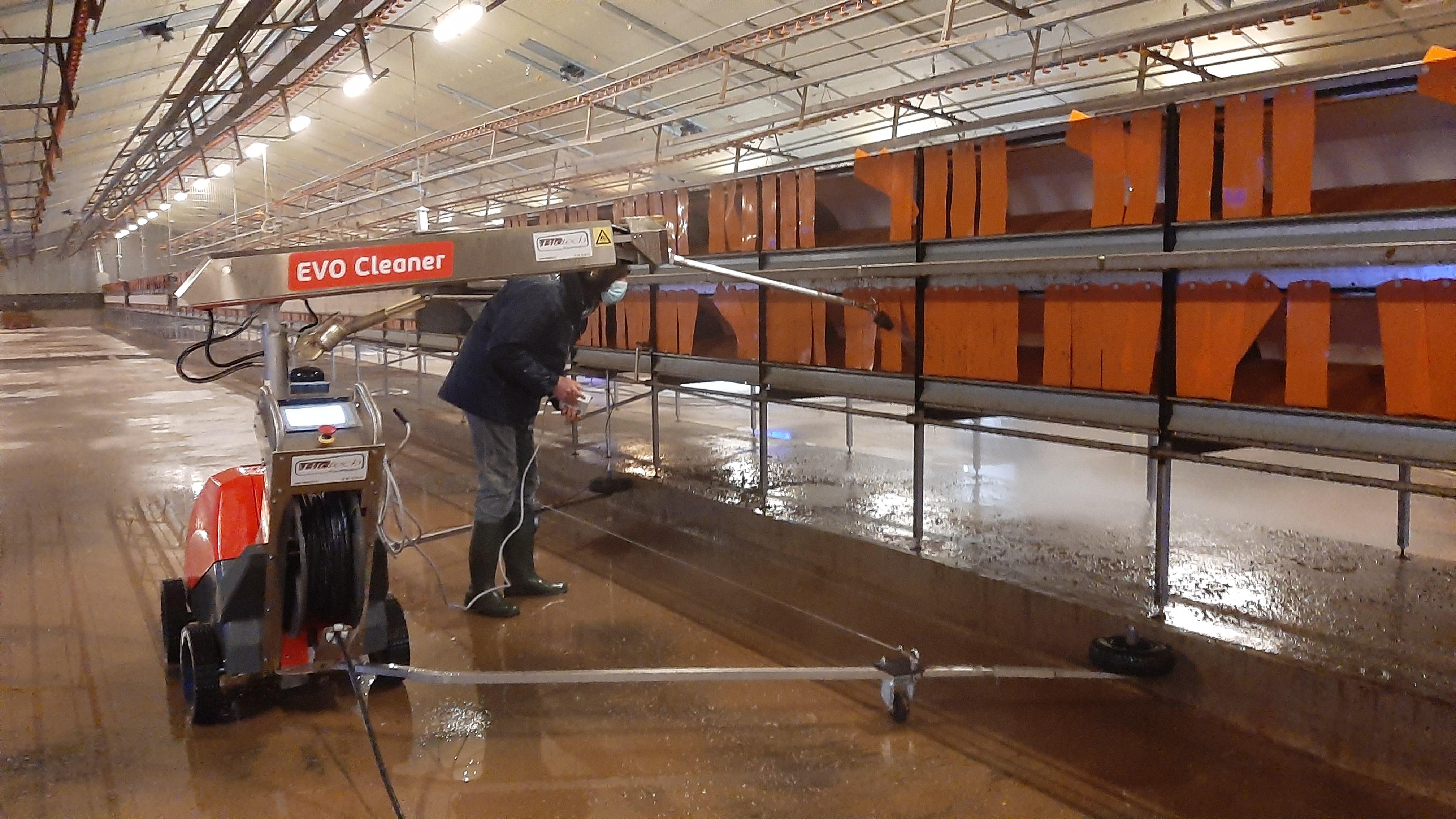 Installation du robot de lavage EVO-Cleaner en bâtiment pondeuses par RV-BIOTECH